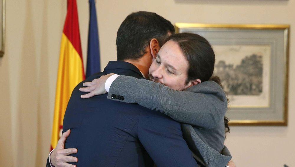 Abrazo de Pedro Sánchez y Pablo Iglesias